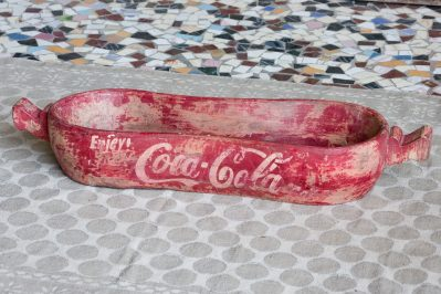 Indyjska taca z ręcznie malowanym napisem Coca-Cola - drewno mango - meble indyjskie