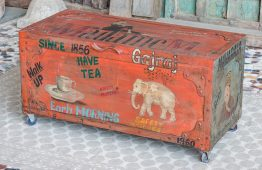 Skrzynia kufer ze słoniem i reklamami - drewno mango i metal - Orange Tree meble indyjskie