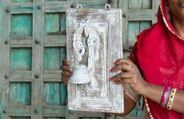 Dzwonek mosiężny na desce - meble indyjskie Orange Tree