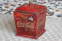 Metalowy pojemnik vintage z otwieraczem do butelek i napisami Coca-Cola - meble indyjskie Orange Tree