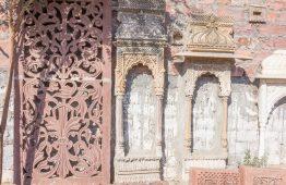 stare okienko rzeźbione w piaskowcu - Orange Tree meble indyjskie