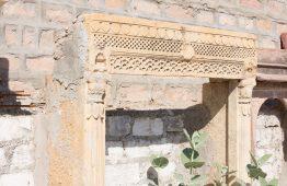 stare okno rama rzeźbione w żółtym piaskowcu Jaisalmer - Orange Tree meble indyjskie
