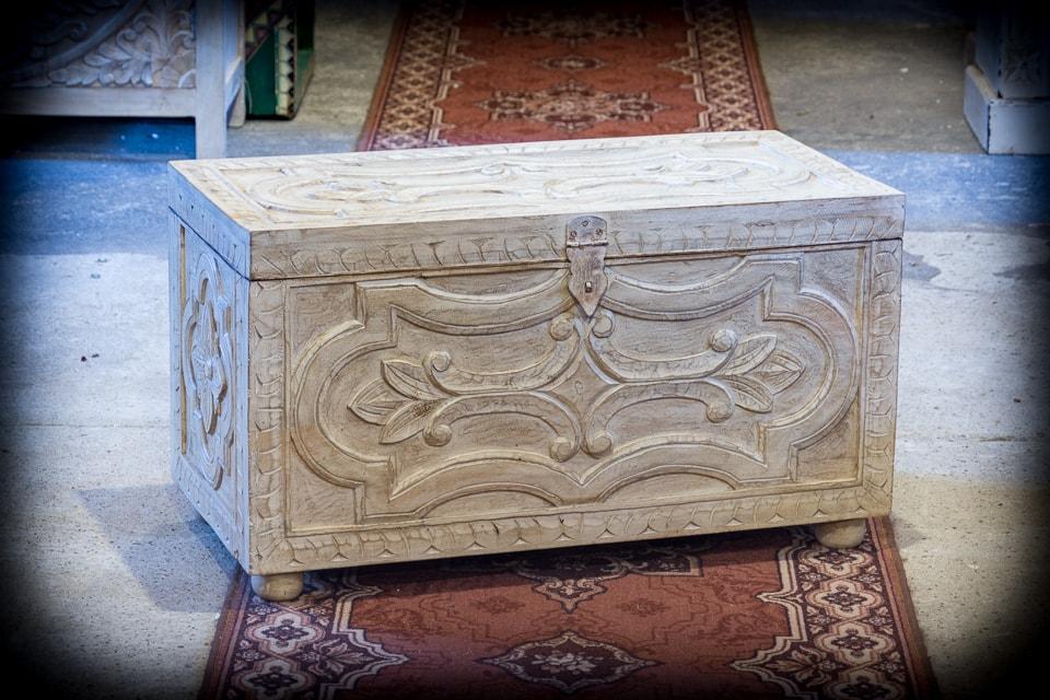 Rzeźbiony bielony kufer drewno mango - Orange Tree meble indyjskie
