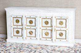 Bielona komoda zdobiona mosiądzem - Orange Tree meble indyjskie