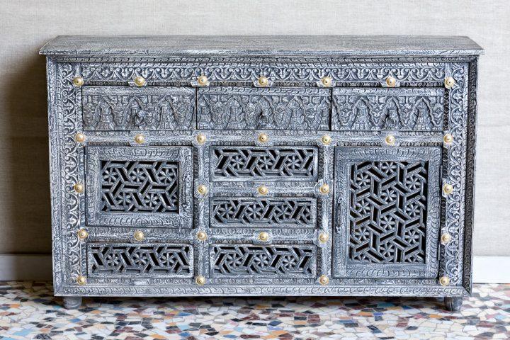 Przecierana komoda z precyzyjnymi rzeźbieniami, mosiądz - Orange Tree meble indyjskie
