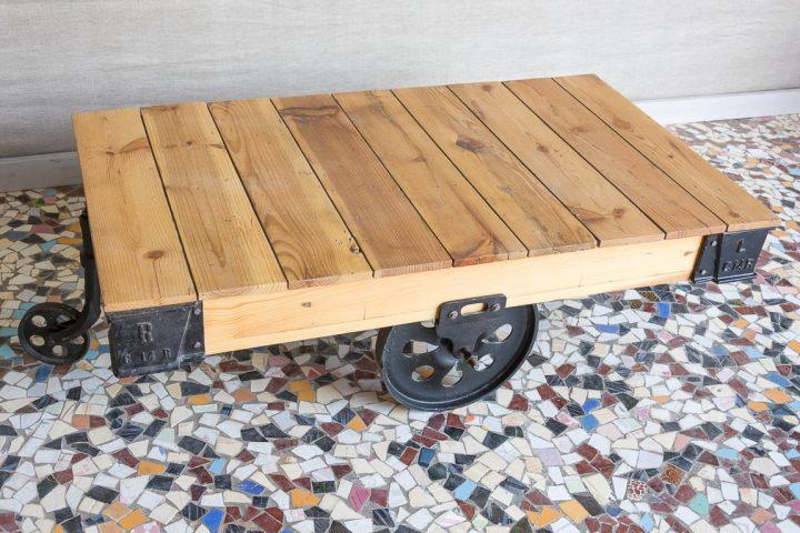 Industrialna ława kawowa na żeliwnych kołach - Orange Tree meble indyjskie