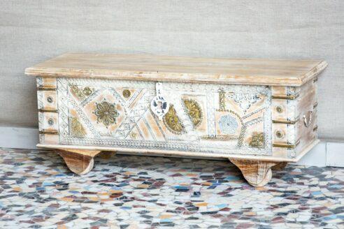 Skrzynia zdobiona tłoczonym mosiądzem - Orange Tree meble indyjskie