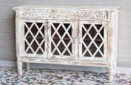 Rzeźbiona i bielona komoda z szybkami - Orange Tree meble indyjskie
