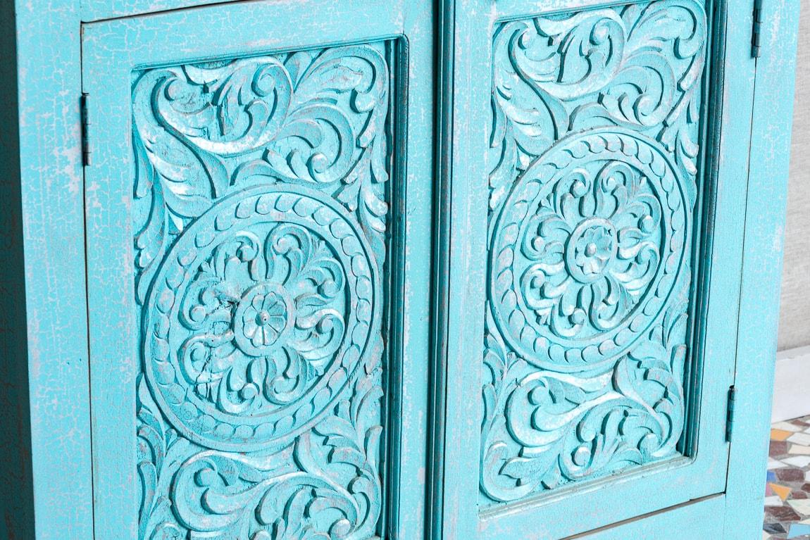 Błękitna komoda z rzeźbionymi drzwiczkami - Orange Tree meble indyjskie