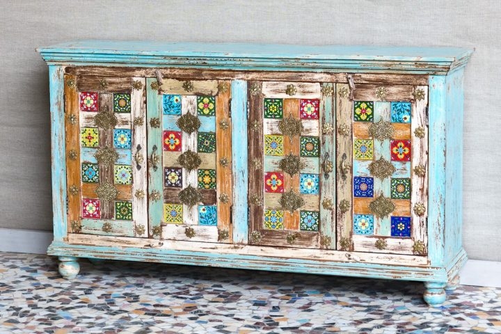 Kolorowa komoda z mosiądzem i ceramicznymi płytkami - Orange Tree meble indyjskie