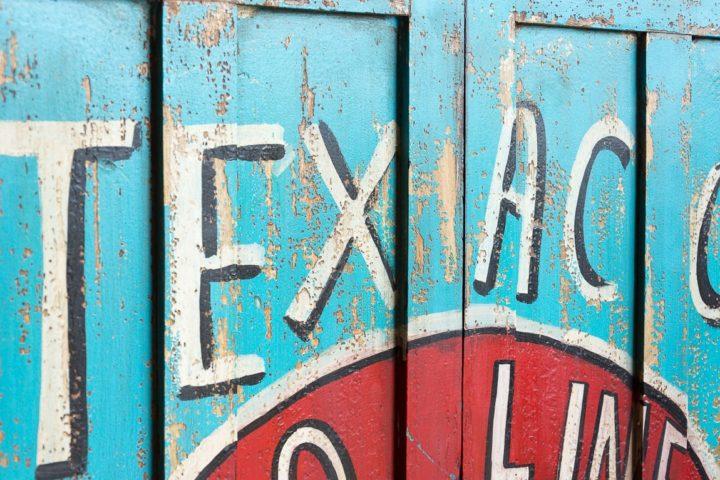 Industrialna szafa vintage z reklamami - Orange Tree meble indyjskie