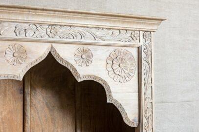 Regał z rzeźbionym frontem bielony mango - Orange Tree meble indyjskie