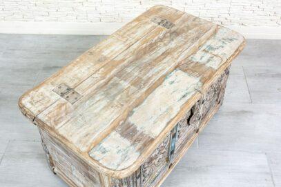Kufer ze starymi rzeźbami - Orange Tree meble indyjskie