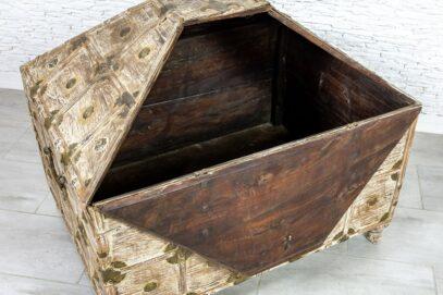 Stary kufer w kształcie piramidy - Orange Tree meble indyjskie