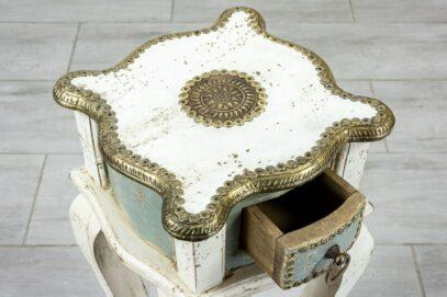Stolik z szufladką i mosiądzem 4