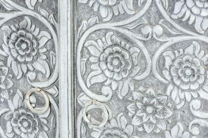 Dwudrzwiowa szafka z rzeźbionymi kwiatkami 5