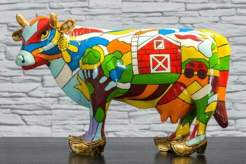 Krowa z kolorowym polem i domkiem 1