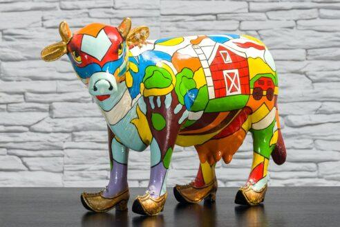 Krowa z kolorowym polem i domkiem 2