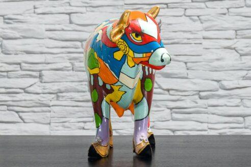 Krowa z kolorowym polem i domkiem 3