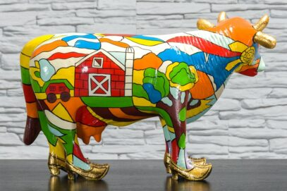 Krowa z kolorowym polem i domkiem 4