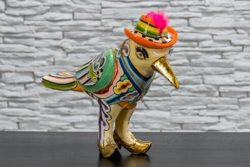 Papuga w kapeluszu z piórkiem 1