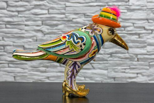 Papuga w kapeluszu z piórkiem 2