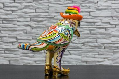 Papuga w kapeluszu z piórkiem 3