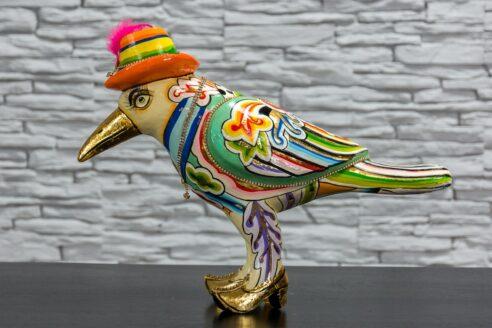 Papuga w kapeluszu z piórkiem 4