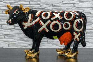 Czarna krowa w złotych butach 1