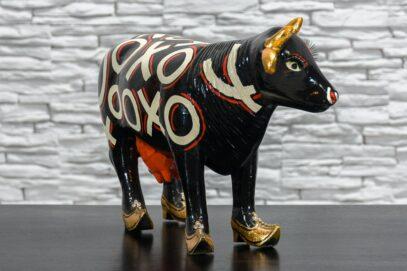 Czarna krowa w złotych butach 3