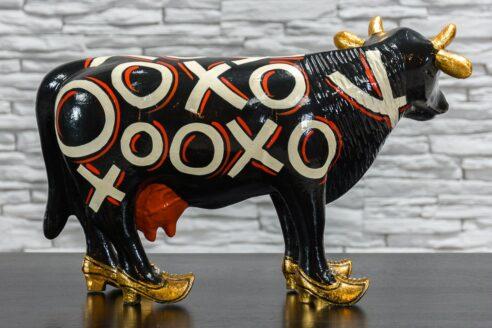 Czarna krowa w złotych butach 4