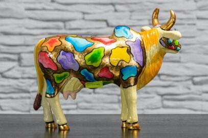 Krowa z kolorowymi łatkami 4