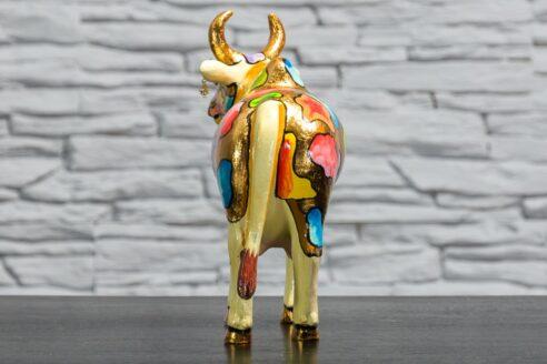 Krowa z kolorowymi łatkami 5