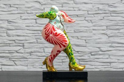 Biegnąca kobieta w złotych butach 1