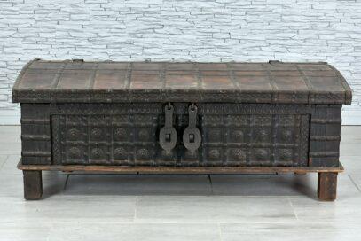 Stara skrzynia okuta żelazem 1