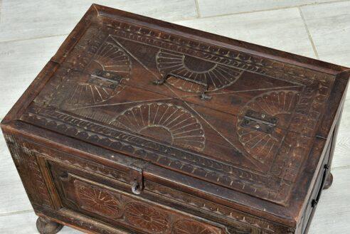 Stary kuferek z trzema kwiatkami 4