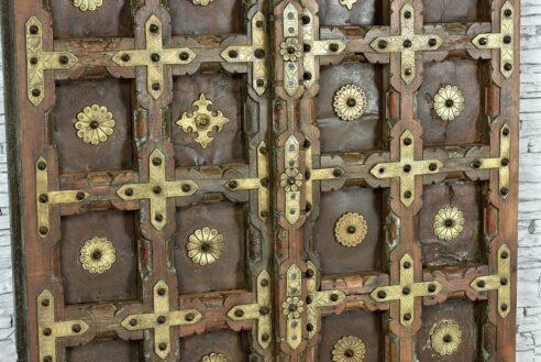 Stare skrzydła drzwi zdobione grawerowanym mosiądzem 2