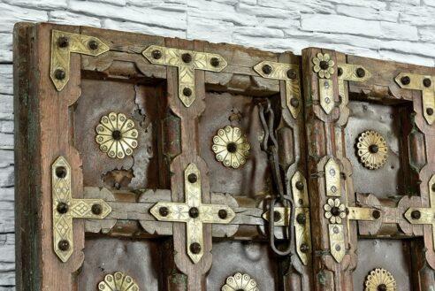 Stare skrzydła drzwi zdobione grawerowanym mosiądzem 3