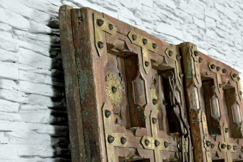 Stare skrzydła drzwi zdobione grawerowanym mosiądzem 4
