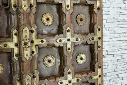 Stare skrzydła drzwi zdobione grawerowanym mosiądzem 5