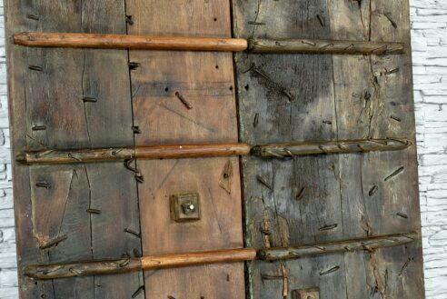 Stare skrzydła drzwi zdobione grawerowanym mosiądzem 7
