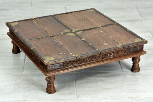 Stary niski stolik do konsumpcji 1
