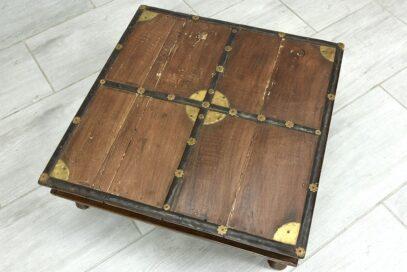 Stary niski stolik do konsumpcji 3