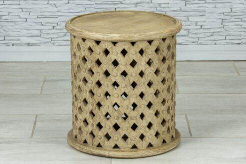Ażurowy okrągły stolik z piaskowanym drewnem 1