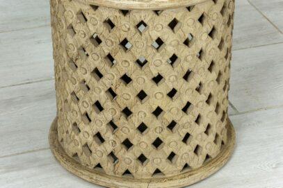Ażurowy okrągły stolik z piaskowanym drewnem 2