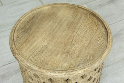 Ażurowy okrągły stolik z piaskowanym drewnem 3