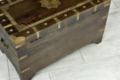 Skrzynia zdobiona tłoczonym mosiądzem 6