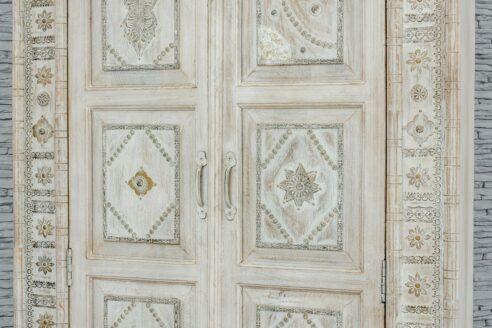 Bielona szafa zdobiona wzorzystymi blaszkami 5
