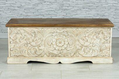 Bielona skrzynia z rzeźbionymi kwiatami 1