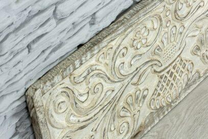Bielona deska z florystyczną płaskorzeźbą 3